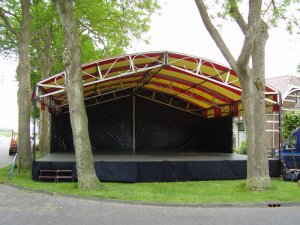 Beukenpodium 10 x 10m, lichtdoorlatend dakdoek